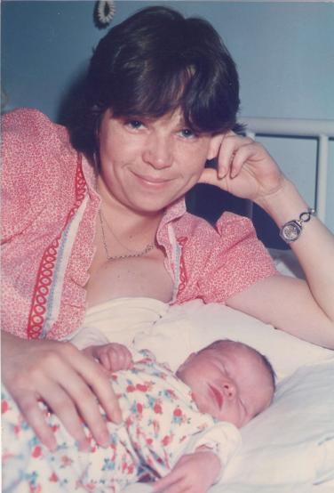 Az első kép, ami rólam készült, nem sokkal a születésem után! =) Nagyon szeretem ezt a képet, mert Anyukám sugárzóan szép rajta, erős, büszke és boldog! Mindig örömmel mesélt nekem a szülésről és ezért ez is az egyik meghatározó élményem, ami miatt ezt a hivatást választottam!