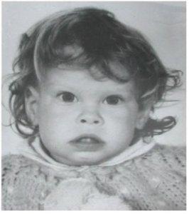 """Talán másfél éves lehettem, amikor Apa hirtelen ötlettől vezérelve beadott a fotóshoz, hogy legyen rólam egy kép. Anya persze aggódott: """"Legalább egy fésűm lenne, hogy a haja álljon valahogy!"""" De Apa csak legyintett, megborzolta a fejem és elkészült a kép! =)"""